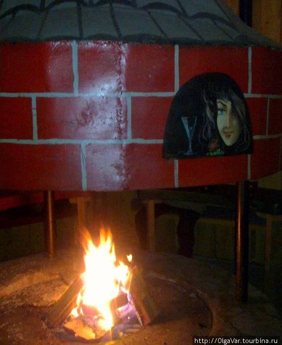 Очень уютно, когда горит огонь в очаге Кафе «Biergarten»