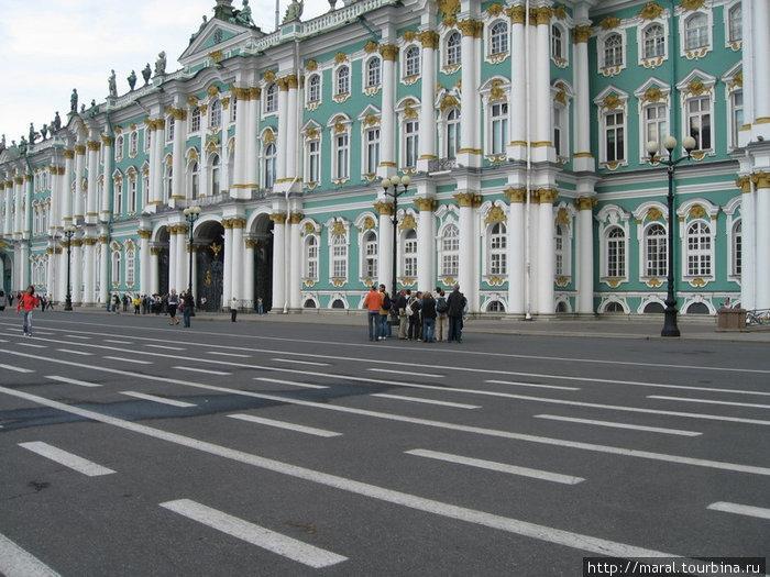 Зимний дворец. Через арки ажурных ворот южного фасада вход в Эрмитаж с Дворцовой площади