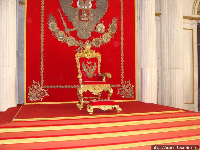Георгиевский (Большой Тронный) зал создан по проекту Дж. Кваренги в 1790-х годах. Обрёл исторический вид в День св. Георгия 9 декабря 2000 г. после реконструкции Тронного места
