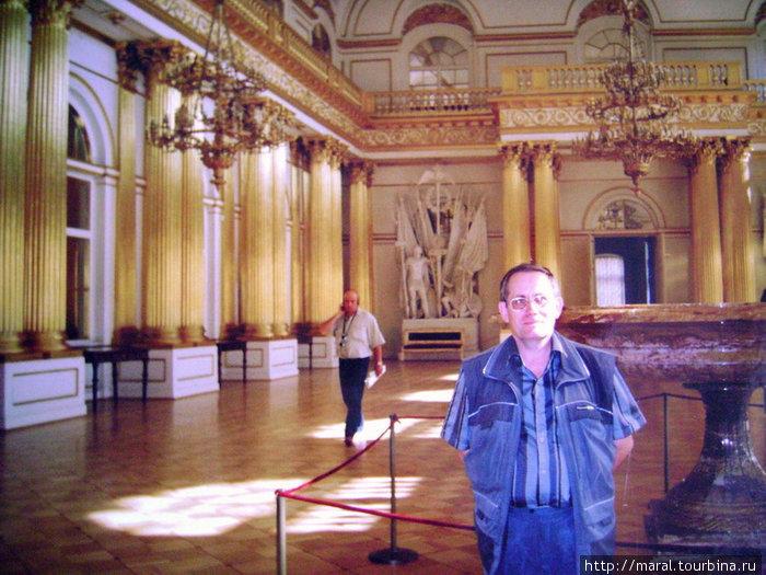 Гербовый зал архитектор В.П.Стасов оформил по собственному проекту. Губернские гербы дали название залу, где проходили приёмы государем представителей городов, губернского дворянства, сословий