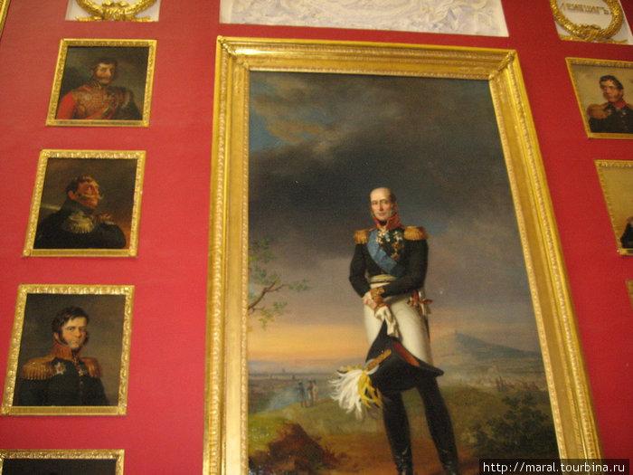 Военная галерея в честь героев Отечественной войны 1812 года создана по проекту арх. Карла Росси. На парадном портрете в полный рост изображён фельдмаршал Барклай де Толли