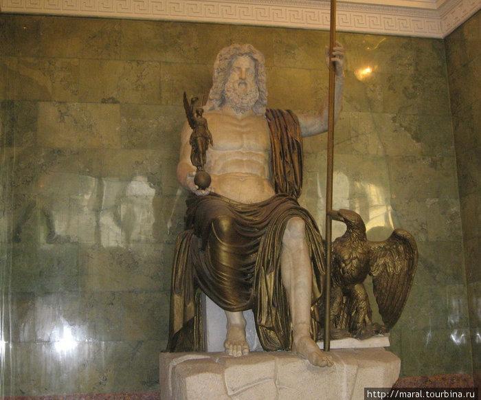 Зал Юпитера. Юпитер — главное божество в древнеримском пантеоне. Юпитер в Эрмитаже — одна из самых больших античных скульптур, сохранившихся до сегодняшнего дня