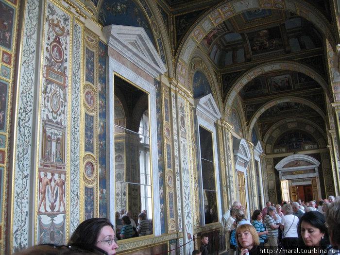 Лоджии Рафаэля в Эрмитаже — копия знаменитой галереи, cооруженной в начале 16 века в Ватикане по проекту архитектора Д. Браманте, была создана по желанию императрицы Екатерины II
