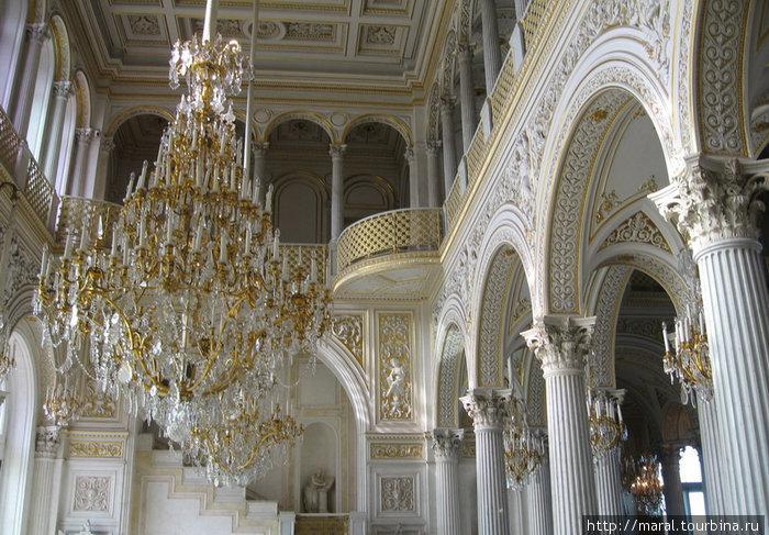 Павильонный зал Малого Эрмитажа был создан в середине XIX века арх. А.И. Штакеншнейдером. Зодчий соединил в решении интерьера архитектурные мотивы античности, Ренессанса и Востока