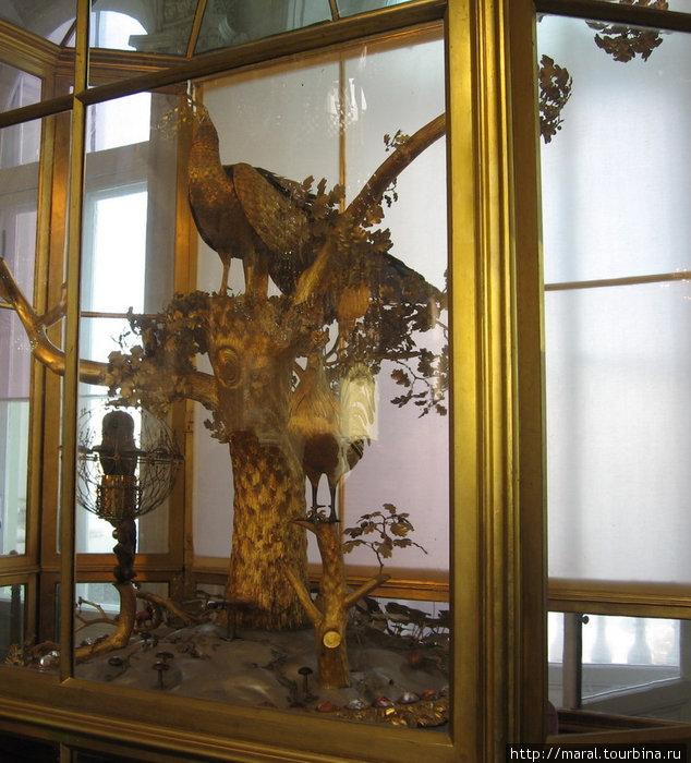 Часы «Павлин» работы английского мастера Д. Кокса в Павильонном зале. Были куплены князем Г.А. Потемкиным-Таврическим в 1780 г. Русский механик Кулибин привел часы после поломки в рабочее состояние