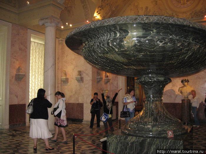 «Царица ваз» из зелёно-волнистой яшмы — самая большая ваза в мире. Её вес — 19 тонн, высота с пьедесталом — 2,57 м, большой диаметр составляет 5,04 м, малый диаметр — 3,22 м