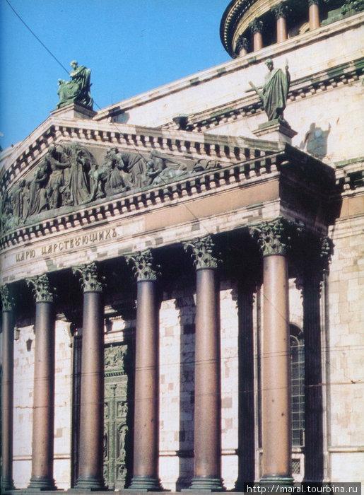 Северный и южный портики собора состоят из 16 гранитных колонн коринфского ордера, западный и восточный портики — восьмиколонные. Всего собор украшают 112 монолитных колонн различной величины