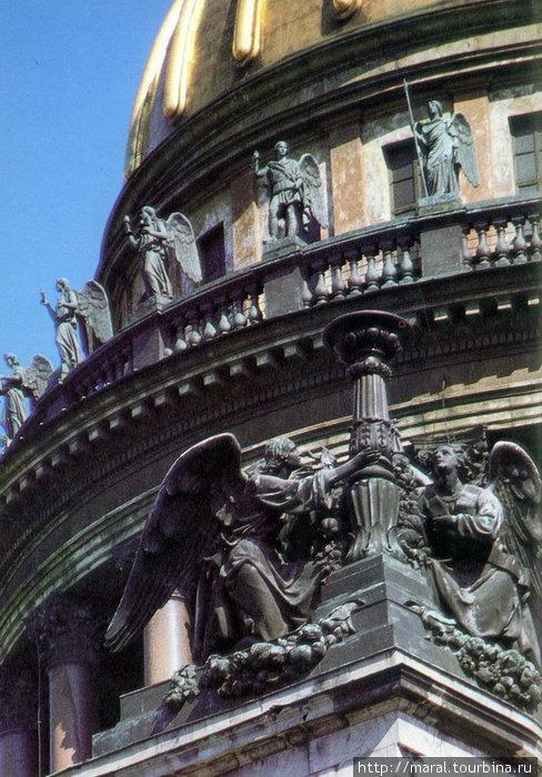 Скульптуры апостолов, пророков, ангелов расположены на сводах и в барабане купола Исаакиевского собора