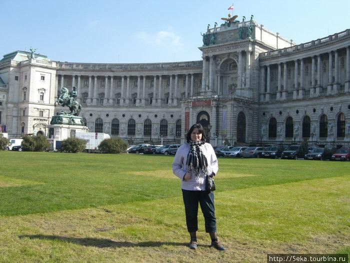 На площади Героев. Вид на здание Нового Хофбурга и памятник Евгению Савойскому