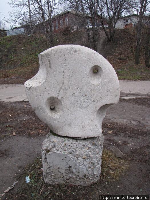 То же морская ракушка, или надкусанный кусок сыра? Чтобы сфотографировать эту скульптуру, пришлось вытащить гору мусора из отверстий.