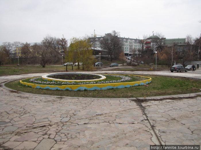 Лыбедский бульвар. На этом месте вместо клумбы тоже был фонтан, который долгое время не работал.