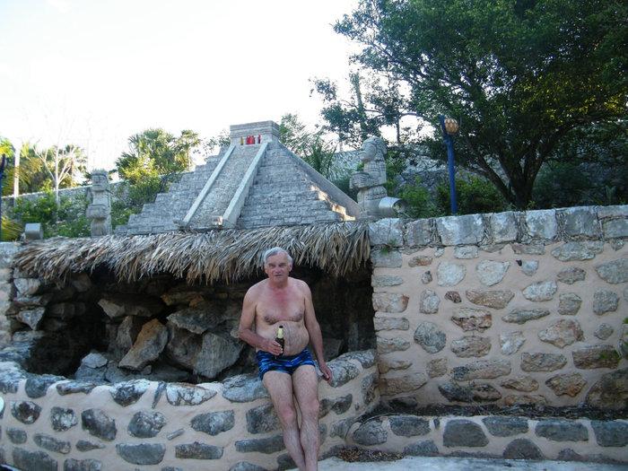 Фонтан во дворе отеля Пирамида