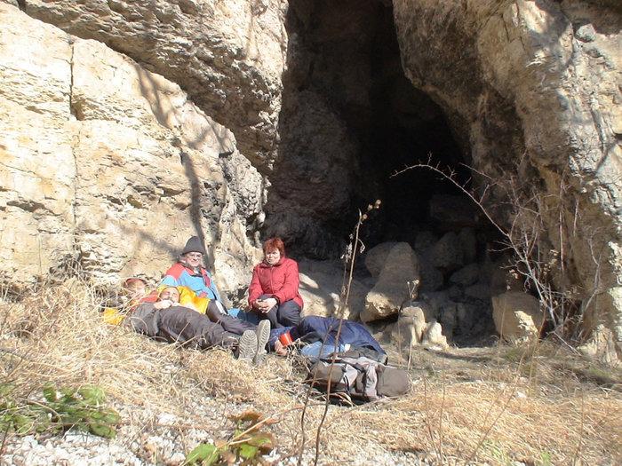 Вход в неизведанную пещеру.