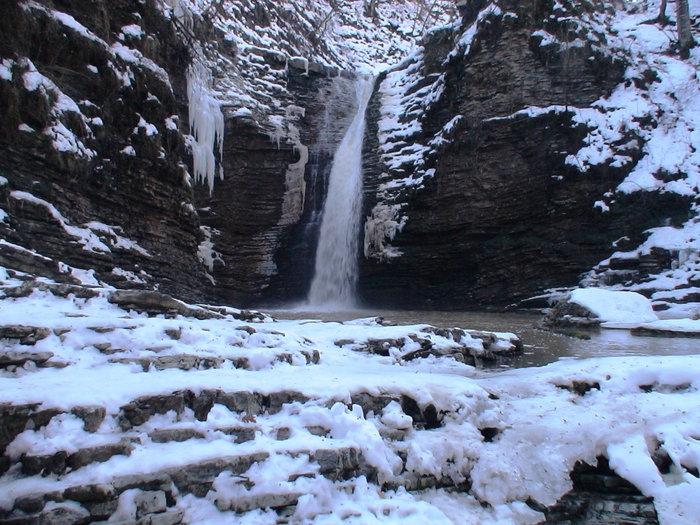 Нижний каскад водопада Руфабго зимой.