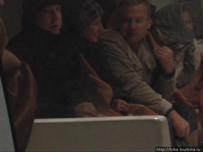 Закутанные люди на открытой палубы