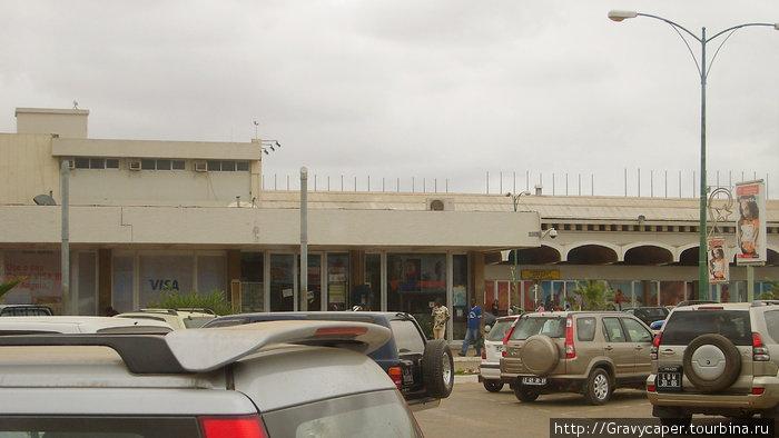 Аэропорт Луанды. Огромное количество джипов-типичная луандская картинка. Больше, наверное, только в Москве. На шельфе Анголы активно добывают нефть. Луанда, Ангола