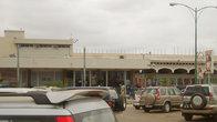 Аэропорт Луанды. Огромное количество джипов-типичная луандская картинка. Больше, наверное, только в Москве. На шельфе Анголы активно добывают нефть.