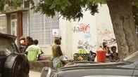 Уличная торговля — удел женщин и подростков.
