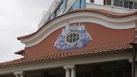 Часто встречаются такие керамические вставки в фронтонах и стенах домов — тяжелое наследие колониализма.