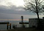 Порт, по ту сторону Боденского озера виднеются швейцарские предальпийские горы.
