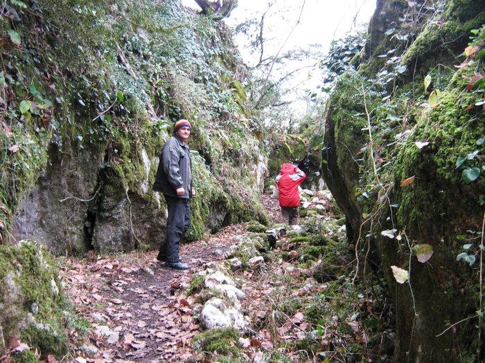 Потаенная тропа к пещере, где прятались жители во время набегов непрятеля.