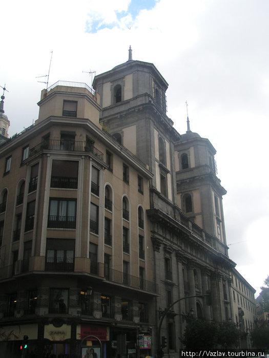 Две бащни и фасад собора