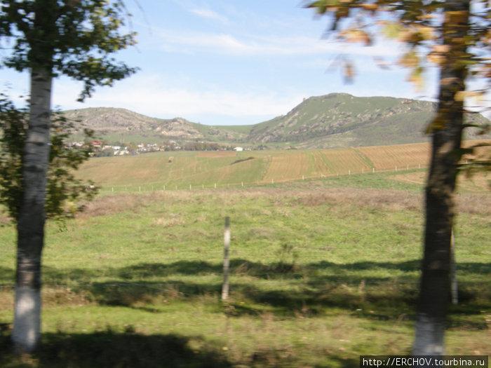 На правой горе остатки Шемахинской крепости.