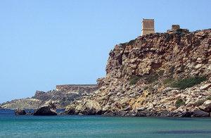 Справа от скалы над пляжем возвышается рыцарская сторожевая башня.