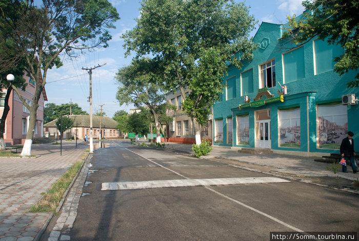 Центральная улица. Венецией и не пахнет: кругом твердая земля, а слева за кадром — памятник Ленину.