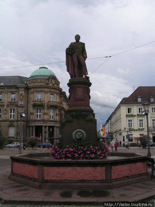Памятник-фонтан на площади