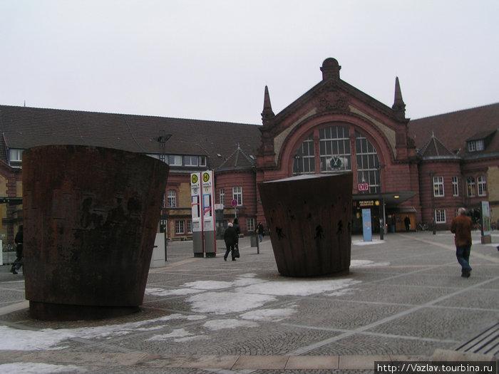 Привокзальная площадь; здание вокзала на заднем плане
