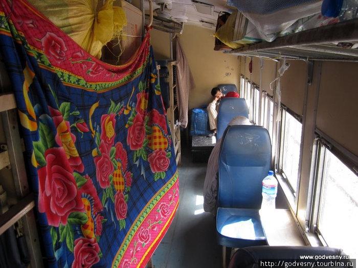 На следующий день я уже мчался на поезде в Лахор – оттуда до границы с Индией всего 40 минут на автобусе.