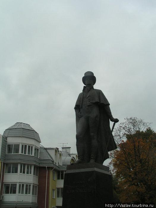 Памятник и окружающая застройка