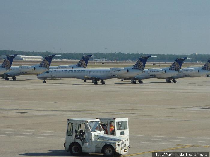 Самолетв компании Континентал Эйрлайнз готовы к полету.
