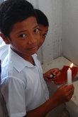 Дети зажигают свечи