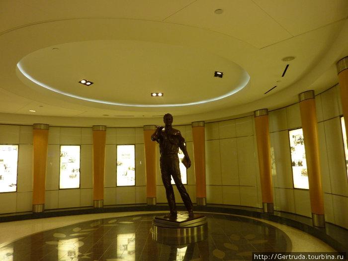 Скульптура при входе на терминал В в Хьюстонском аэропорту.