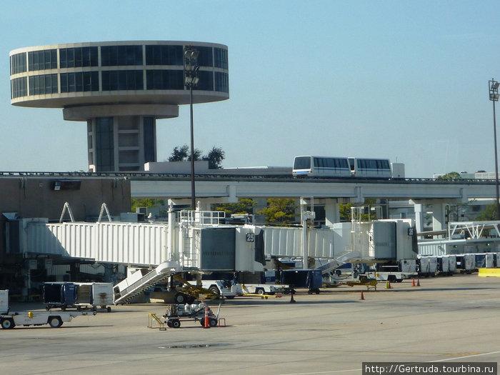 Электропоезд  курсирует между терминалами аэропорта Джорджа Буша