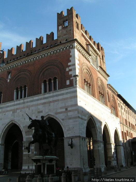 Конная статуя Фарнезе на фоне дворца