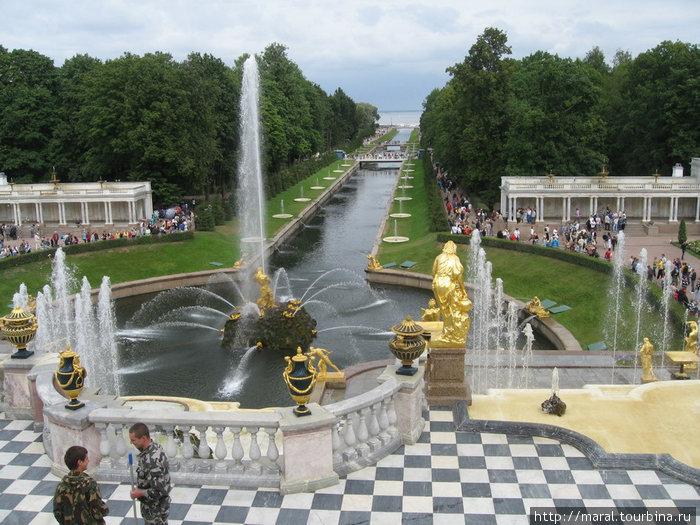С площадки перед Большим дворцом открывается замечательный вид на Большой каскад, Нижний парк с Воронихинскими колоннадами и Морской канал