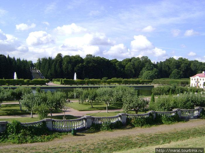 Нижний парк имеет площадь 102,5 га и протянулся с запада на восток на 2,5 км и с севера на юг – на 500 метров. Вид на дворец Марли и каскад