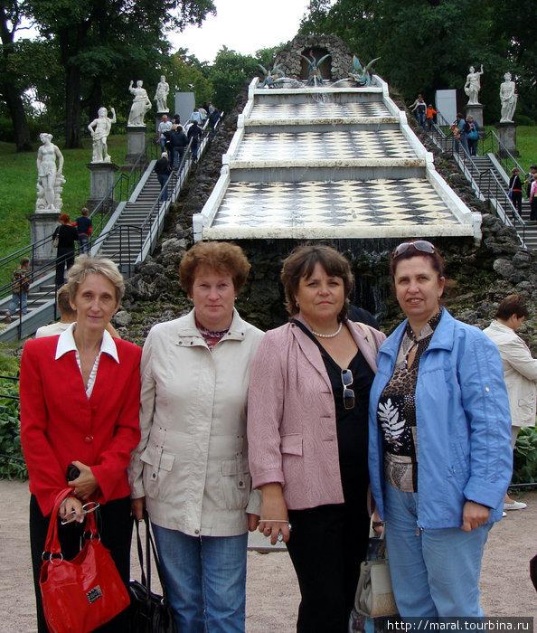 «Римские фонтаны» украшают площадь у каскада «Шахматная гора». Он расположен на склоне террасы. Четыре прямоугольных наклонных ската покрыты тонкой пеленой воды и сверкают на солнце как зеркала