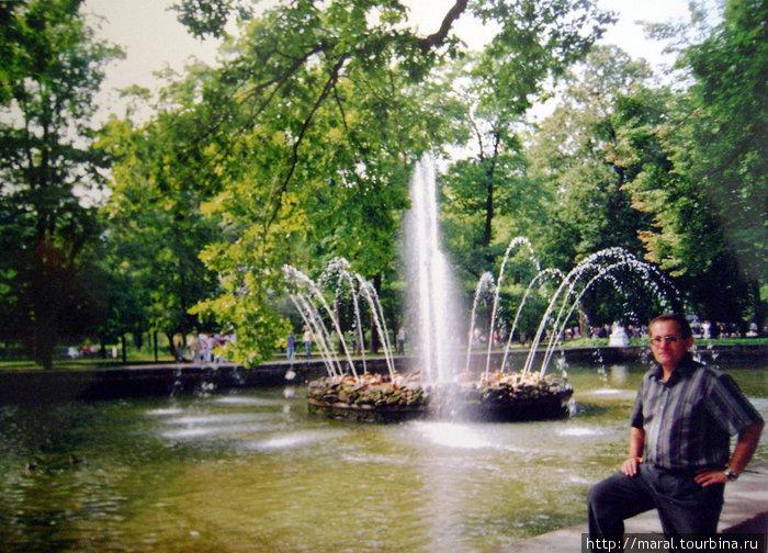 Рядом с аллеей, ведущей к дворцу Монплезир, расположен фонтан «Солнце»