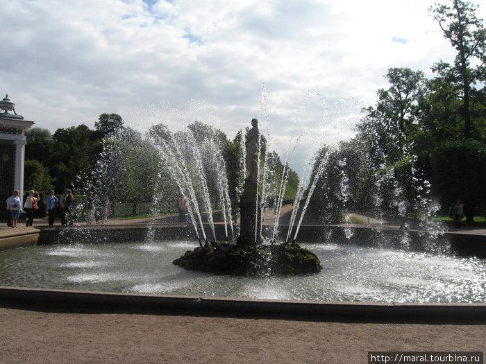 «Ева» и «Адам», симметрично ей расположенный в восточной части Нижнего парка, были заказаны Петром I итальянскому скульптору Бонацца в 1717 году.
