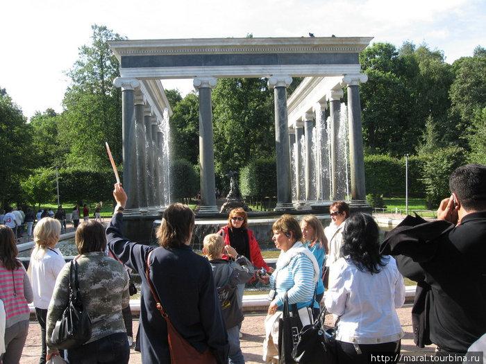 Львиный каскад представляет собой бассейн, окруженный монументальной колоннадой из четырнадцати 8-метровых гранитных колонн