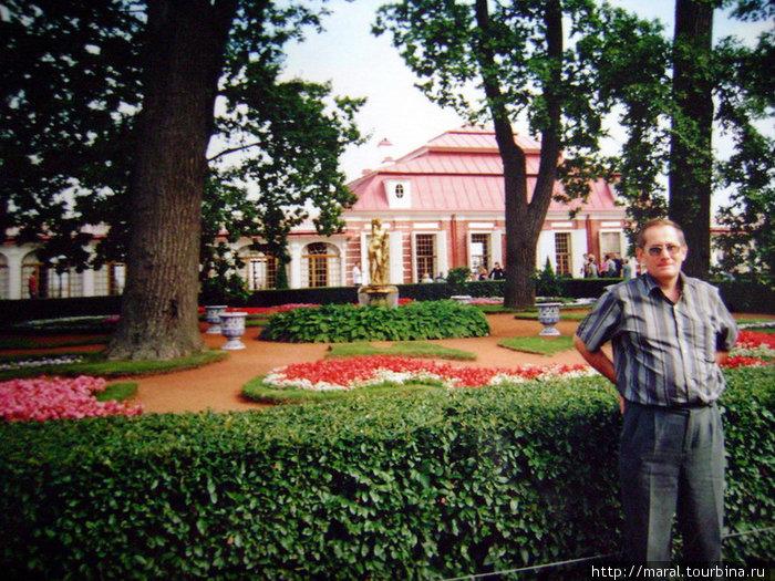 Пётр I лично выбрал место на берегу Финского залива, где был построен Монплезир, начертил план садика перед южным фасадом и дал указание, как засадить цветники и какими должны быть фонтаны