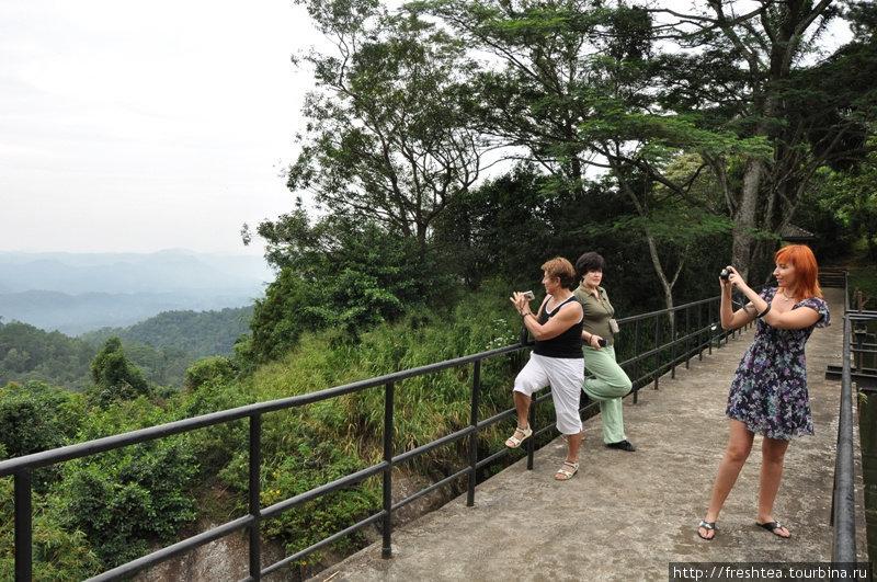 Мост у края озера, откуда вода с высоты падает вниз, к чайным плантациям, эффектное местечко для фотосессий. Даже если над холмами клубится туман!