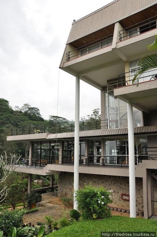 Сам отель в современном стиле, с широкими открытыми террасами, что нависают над озером.