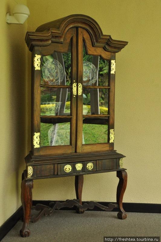 Традиционная мебель эпохи колоний из массива тика или хлебного дерева, с кованными из бронзы деталями, которыми славились  ремесленники из Канди.