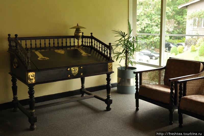 Еще один уголок с колониальной мебелью для