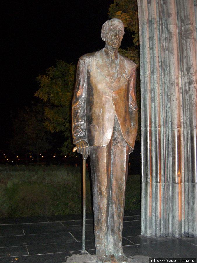 Памятник М. Каройи. Фото сделано во время вечерней прогулки